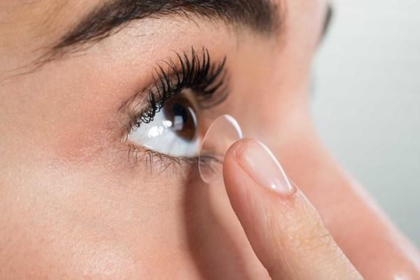 Bạn đã biết cách phân biệt mặt trái phải kính áp tròng chưa?